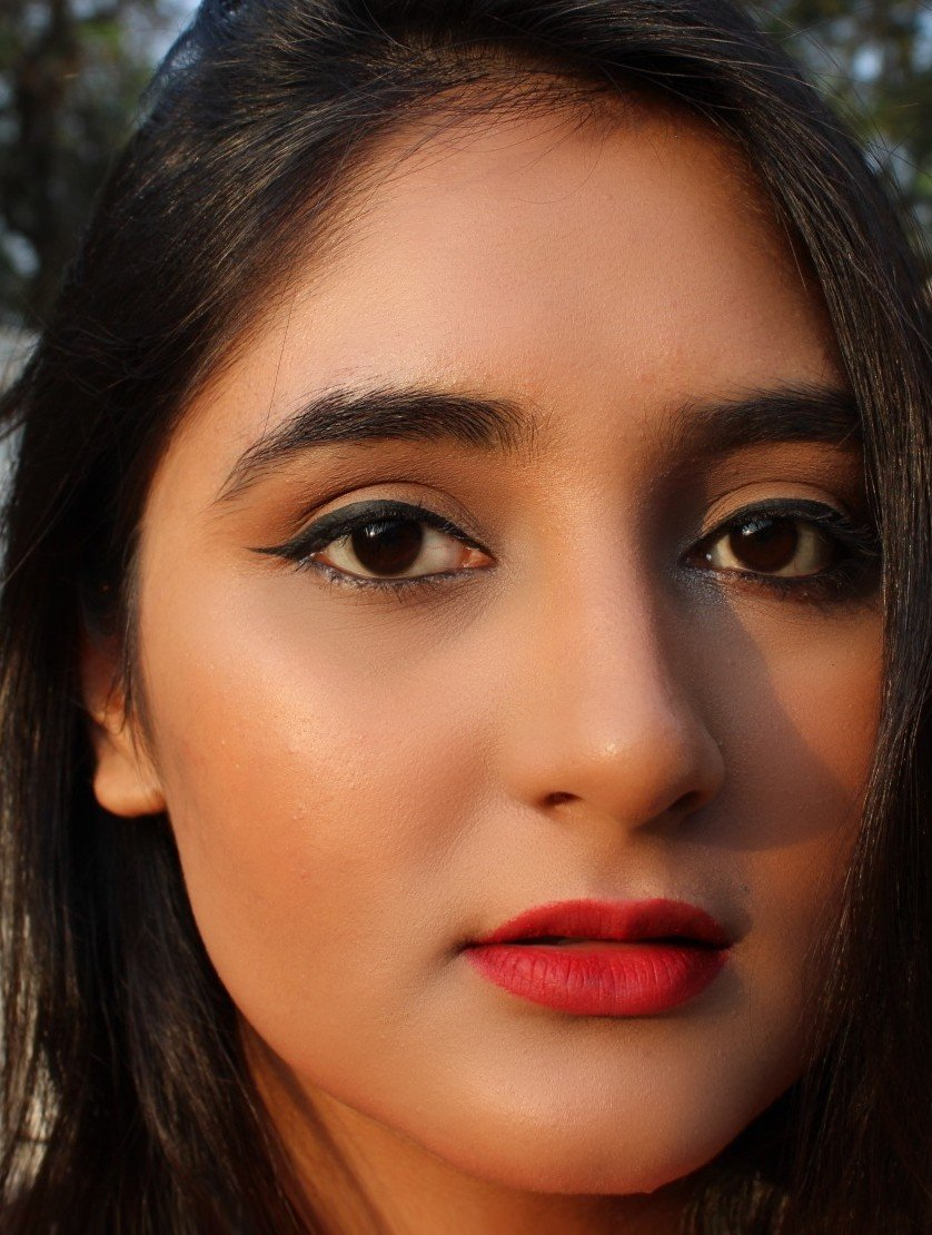 Makeup Look for parties with red lips and winged eyeliner
