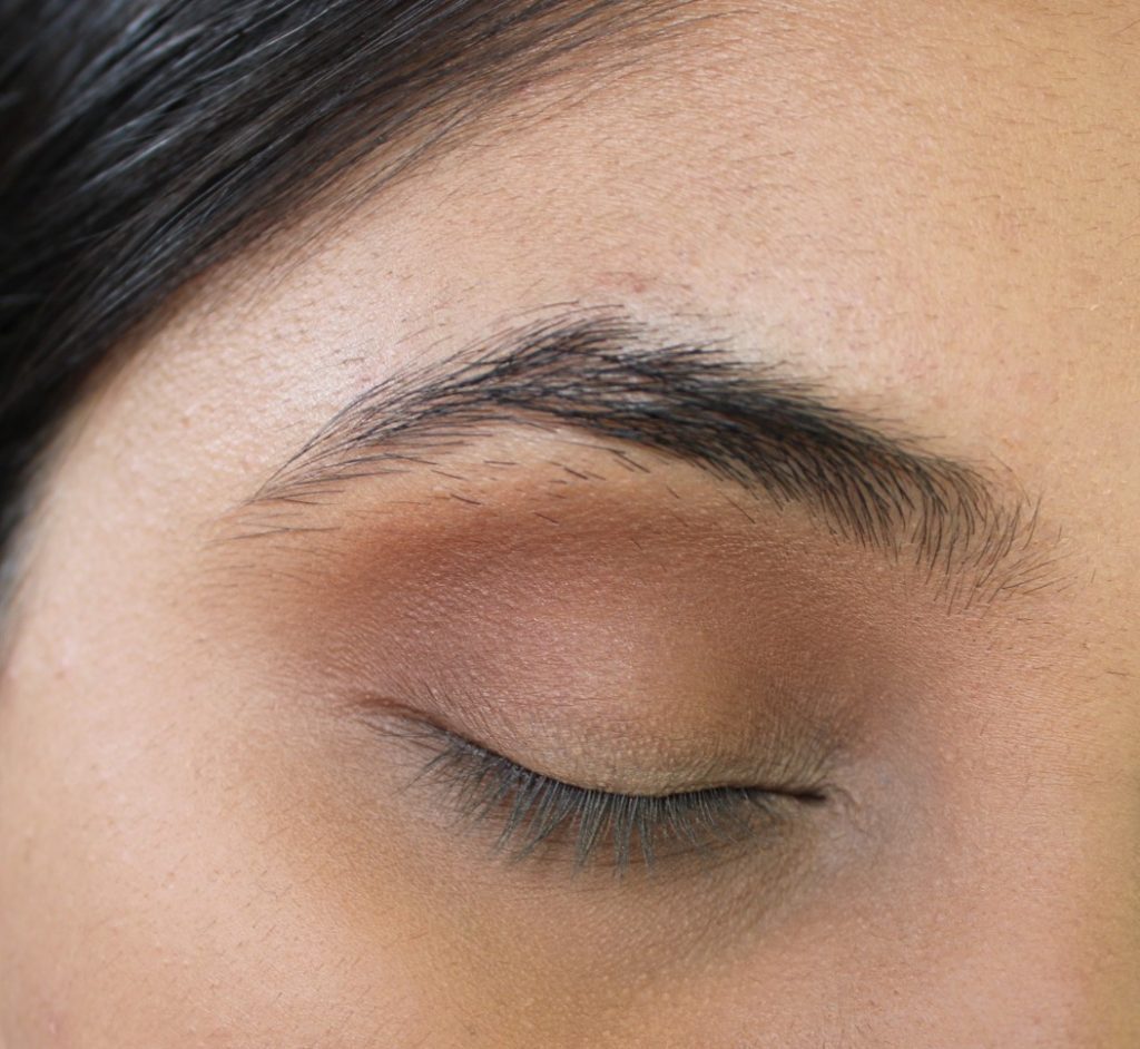 how to apply eyeshadow on crease
